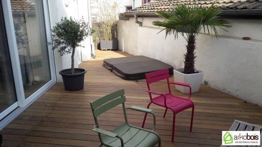 Terrasse intérieure Ipé avec spa