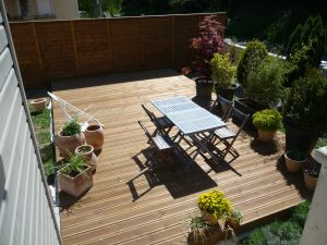 Terrasse pin autoclave marron avec mur brise vue