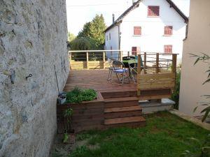 Dessus: une terrasse pin autoclave marron, dessous un carport
