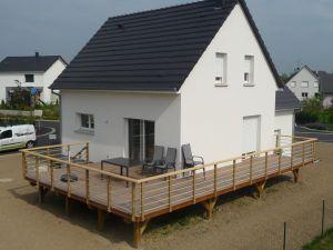 Terrasse en hauteur, garde-corps bois-alu