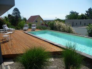 Terrasse pin autoclave marron autour de la piscine