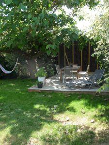 Terrasse Ipé grisaillé dans la verdure