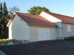 Création d'un garage, bardage blanc cassé peint usine