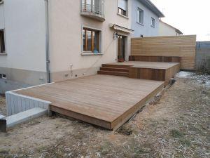 Terrasse Ipé avec banc et mur brise vue