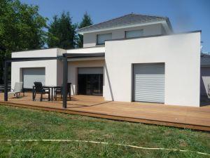 Maison ossature bois finie, crépi blanc sur isolation et terrasse Ipé